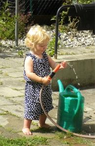 Emma leker med vatten